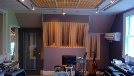 Hieno asennus. Acoustic Ramp diffuuseri yhdistettynä bassoansaan ja upotettuna rakenteisiin.